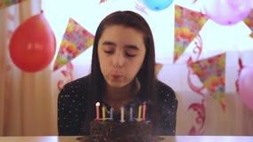 Młodych dziewczyn podmuchowe świeczki na urodzinowym torcie zbiory wideo