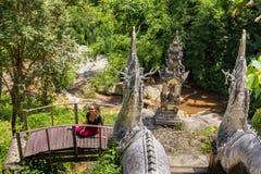 Młodych dziewczyn pozy przy Buddyjską świątynią Wat w Chiang Mai fotografia stock