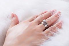 Młodych dziewczyn ręki z diamentowym pierścionkiem zaręczynowym na palcu fotografia royalty free