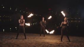Młodych fireshow artystów kuglarski ogień poi plenerowy zdjęcie wideo