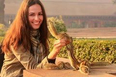 Młodych kobiet żywieniowe Indiańskie palmowe wiewiórki przy Agra fortem, Uttar Pr Zdjęcia Royalty Free