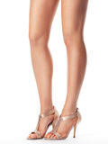 Młodych kobiet nogi w sandałach Fotografia Stock
