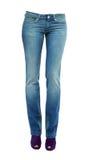 Młodych kobiet nogi z jasnymi niebieskimi dżinsami i purpury zerknięcia palec u nogi pompami Fotografia Royalty Free