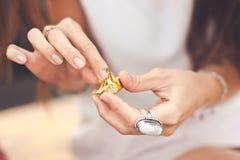 Młodych kobiet ręki odwijają czekoladowego zakończenie Obrazy Stock