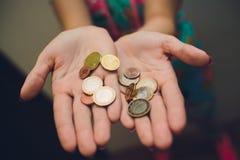 Młodych kobiet ręki trzyma szklanego słój z pieniądze wśrodku, odgórny widok z kopii przestrzenią, obrazy stock
