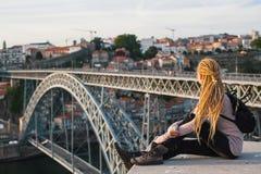 Młodych kobiet spojrzenia przy Dom Luis przerzucam most przez Douro rzekę w Porto Fotografia Stock