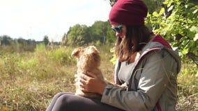 Młodych kobiet sztuki z małym psim gryfonem Bruxelloi zbiory wideo
