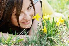 Młodych kobiet wącha daffodils Zdjęcia Royalty Free