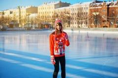 Młodzi ładni kobiety jazdy na łyżwach zimy ludzie pojęcie rozrywka obraz stock