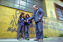Młodzi żebracy dostają pieniądze od ulicznego pracownika Obraz Stock