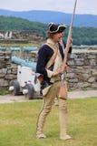 Młodzi żołnierze ponowni - odgrywać muszkietu use, fort Ticonderoga, Nowy Jork, 2014 zdjęcie stock