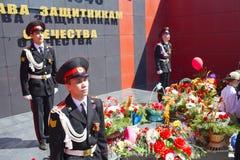 Młodzi żołnierze przy wiecznie płomieniem pomnik Wielkie zwycięstwo dzień Maja 9 obraz royalty free