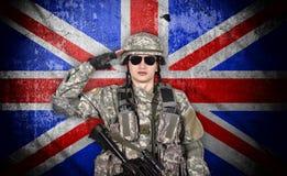 Młodzi żołnierzy saluty zdjęcie stock