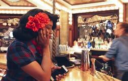Młodzi afro 1950s ubierająca kobieta przy prętowym kontuarem aright karnawałowy jarmarku stylu bar przy lota lisiątkiem, rocznik Obrazy Stock