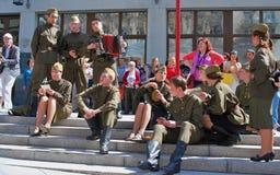 Młodzi aktorzy wykonują na ulicie obraz royalty free