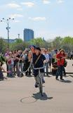 Młodzi aktorzy wykonuje w Gorky parku Wwoman i mężczyzna jedziemy bicykl zdjęcia stock