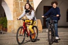 Młodzi aktywni ludzie jechać na rowerze Obrazy Royalty Free