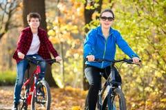 Młodzi aktywni ludzie jechać na rowerze Fotografia Stock