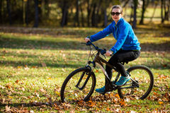 Młodzi aktywni ludzie jechać na rowerze Zdjęcia Royalty Free