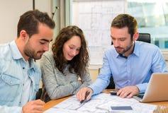 Młodzi atrakcyjni ludzie spotyka agenta nieruchomości przy biurem Zdjęcie Stock