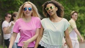 Młodzi atrakcyjni ludzie tanczy outdoors, świętujący życie, partyjna atmosfera zdjęcie wideo