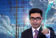 Młodzi Azjatyccy biznesmeni, wskazuje palce, zapas mapy inwestorska mapa, zasilanie elektryczne sieć, błękit łuna obraz royalty free