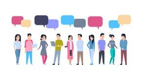 Młodzi Azjatyccy mężczyzna, kobiety grupa Z gadka bąblami chińczycy, japończyk samiec I Żeńscy ludzie Folowali długości komunikac ilustracja wektor