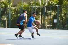 Młodzi azjatykci mężczyzna bawić się koszykówkę Fotografia Royalty Free