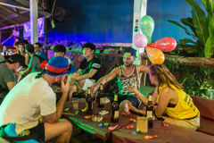 Młodzi backpackers ma zabawę w jeden bary w Vang Vieng, Laos Zdjęcia Royalty Free