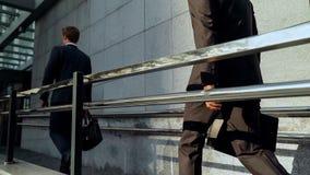 Młodzi biznesmeni iść budynek biurowy, ludzie biznesu, buduje karierę zdjęcie stock