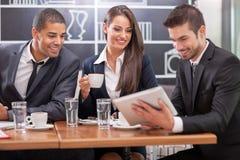 Młodzi biznesmeni ma biznesowego spotkania przy stolik do kawy Zdjęcia Royalty Free