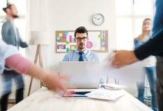 Młodzi biznesmeni w nowożytnym biurze, mieć spotkania tło plama zamazywał chwyta frisbee doskakiwania ruch obraz royalty free