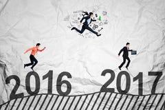 Młodzi biznesmeni współzawodniczą dosięgać 2017 Fotografia Royalty Free