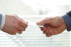 Młodzi biznesmeni wymienia Odwiedzający kartę W biurze Zdjęcia Royalty Free