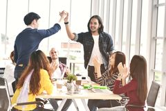 Młodzi biznesmeni z gratulowanie kolegami w spotkaniu cześć fotografia stock