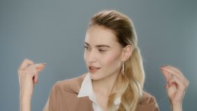 Młodzi biznesowej kobiety chapnąć palce Rozochocona kobieta klika palce zdjęcie wideo