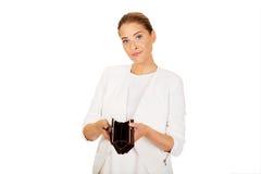Młodzi bizneswomanów chwyty opróżniają portfel Zdjęcia Royalty Free