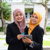 Młodzi bizneswomany dzieli informację na laptopie zdjęcie stock