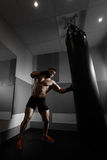 Młodzi bokserów pociągi na uderzać pięścią torbę Obrazy Royalty Free