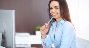 Młodzi brunetki biznesowej kobiety spojrzenia jak studencka dziewczyna pracuje w biurze Latynoska lub latyno-amerykański dziewczy obrazy royalty free