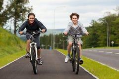 Młodzi cykliści obraz royalty free