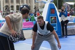 Młodzi człowiecy bawić się koszykówkę Zdjęcia Stock