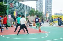 Młodzi człowiecy bawić się mecze koszykówki zdjęcia stock