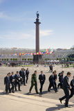 Młodzi człowiecy chodzą na Dvortsovaya kwadracie w świętym Rosja Fotografia Stock