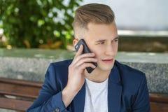 Młodzi człowiecy dzwoni telefonem Obrazy Royalty Free