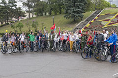Młodzi człowiecy i dziewczyny, uczestnicy rower jadą Zdjęcia Stock