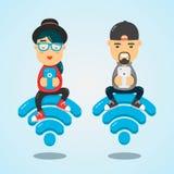 Młodzi człowiecy i kobieta charaktery siedzi na fi emblemacie i używa smartphone dla interneta Bezpłatny interneta pojęcie Zdjęcie Royalty Free