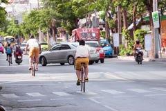 Młodzi człowiecy jeździć na rowerze bicykle na ulicie Fotografia Royalty Free