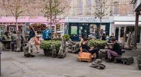 Młodzi człowiecy lounging wzdłuż Southbank spaceru Fotografia Stock