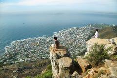 Młodzi człowiecy patrzeje widok cityspace Fotografia Stock